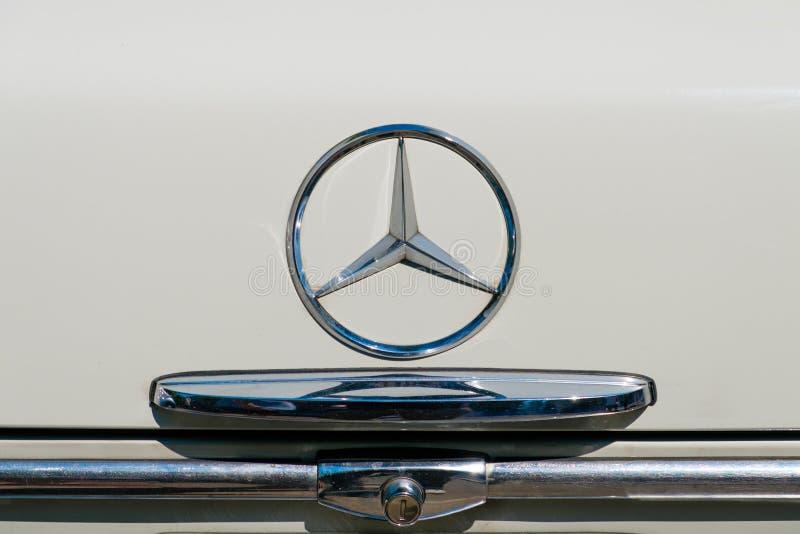 Het detail en Mercedes Benz van het autoontwerp spelen embleem/embleemclose-up op boomstam van een oldtimerauto mee royalty-vrije stock afbeelding