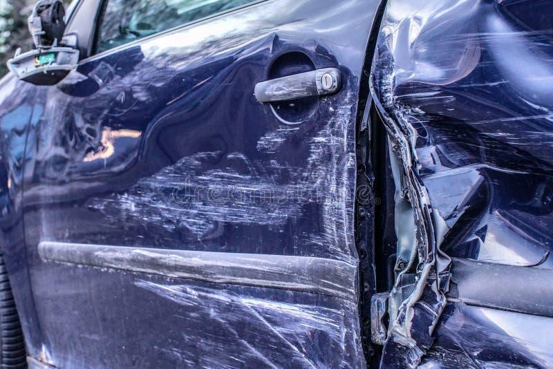 Het detail van auto na ongeval, zijmetaalplaten misvormde na neerstortingsklap stock afbeelding