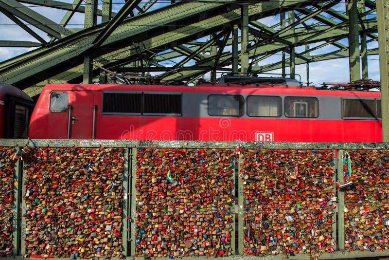Het detail van de de spoorwegbrug van Keulen met vele sloten stock foto