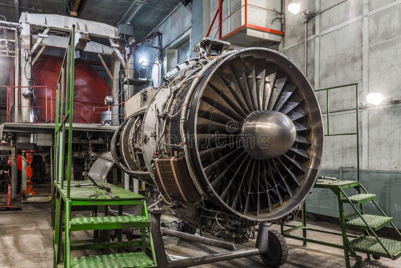 Het detail van de de turbinemotor van het vliegtuiggas in hangaar stock foto's