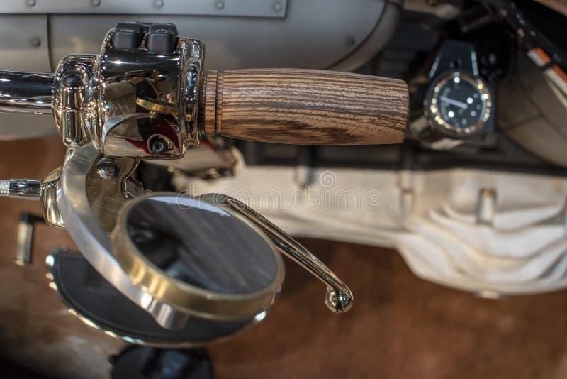 Het detail van de Harley Davidson-motorfiets, het houten handvat en de vergulde spiegel stock foto