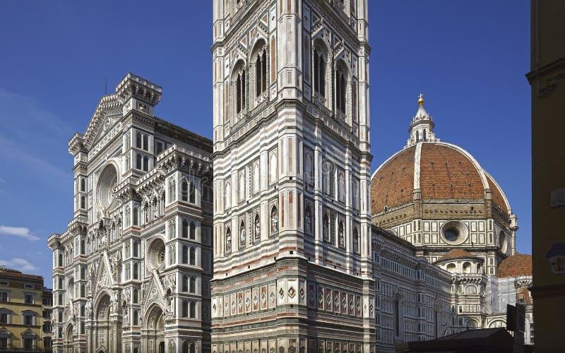 Het detail van de de kathedraalvoorgevel van Florence en de koepel van Brunelleschi stock afbeeldingen