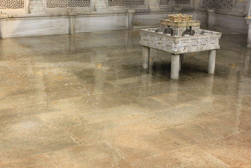 Het detail van de Outdorfontein in Topkapi-paleis, Istanboel, Turkije royalty-vrije stock foto