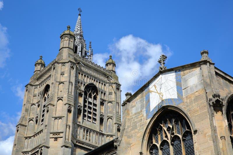 Het detail van de toren en de spits van de Kerk van St Peter Mancroft met het kruis sluit zonnewijzer in de voorgrond, Norwich, N stock fotografie