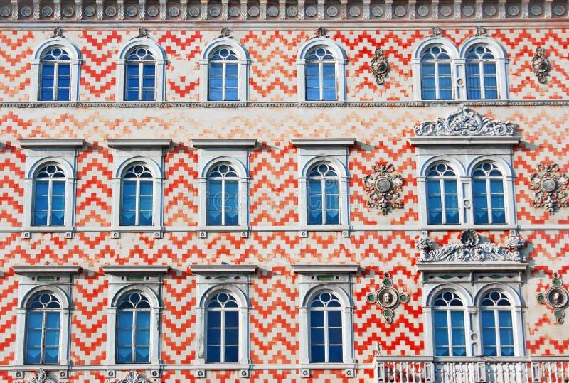 Het detail van de voorzijde van een traditioneel Italiaans gebouw royalty-vrije stock afbeelding