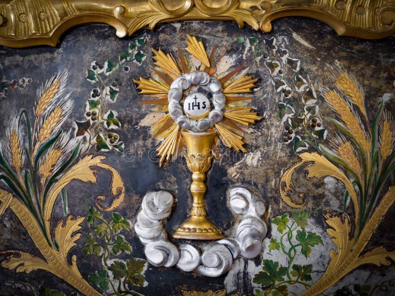 Het detail van een abdijaltaar in goud wordt geschilderd met schilderde Eucha die af royalty-vrije stock afbeeldingen