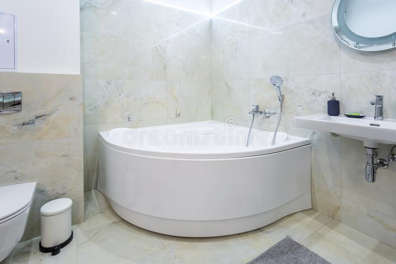 Het detail van een Jacuzzi van de hoekdouche met muur zet douchegehechtheid op stock afbeelding