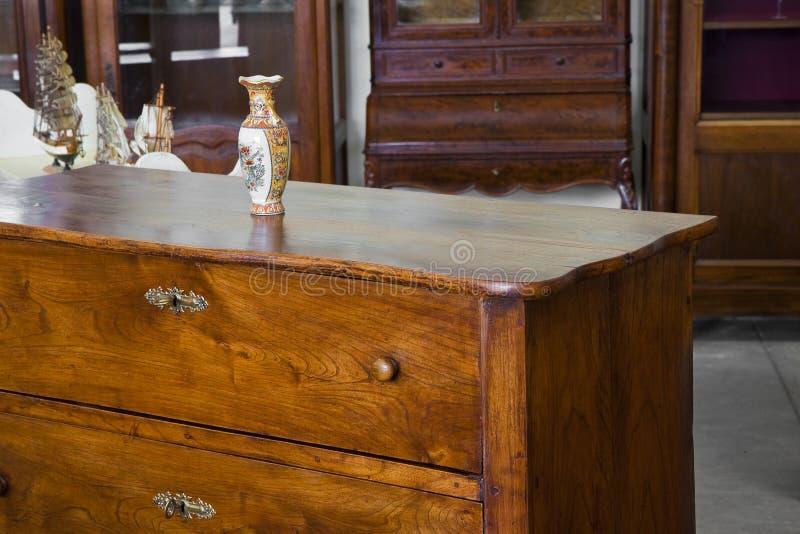 Het detail van een oud Italiaans meubilair herstelde enkel - Italiaans c royalty-vrije stock foto's