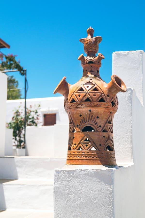 Het detail van een traditionele Griekse schoorsteen op Sifnos is royalty-vrije stock afbeeldingen