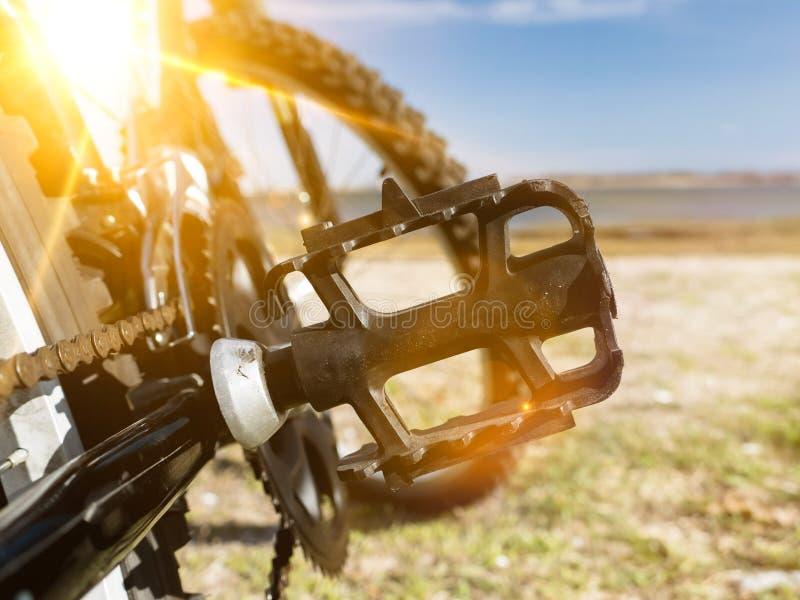 Het detail van het fietspedaal op beuk met zonnestraal royalty-vrije stock afbeeldingen