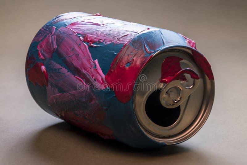 Het detail van a kan van soda in volledige kleur wordt geschilderd die stock afbeeldingen