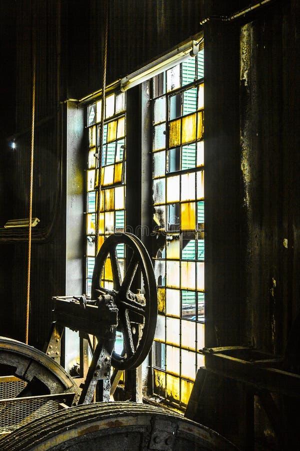 Het detail van oude machine in ijzer werkt fabriek stock foto