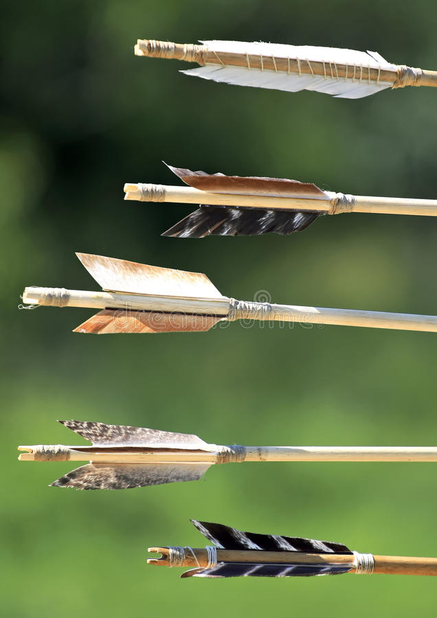Het detail van pijlen nock op groene achtergrond royalty-vrije stock fotografie