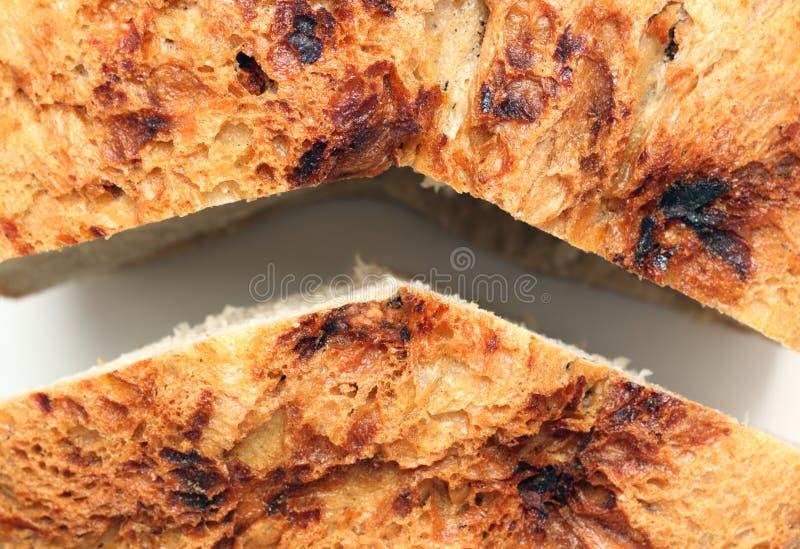 Roemeens traditioneel die brood in twee wordt gesneden royalty-vrije stock foto's