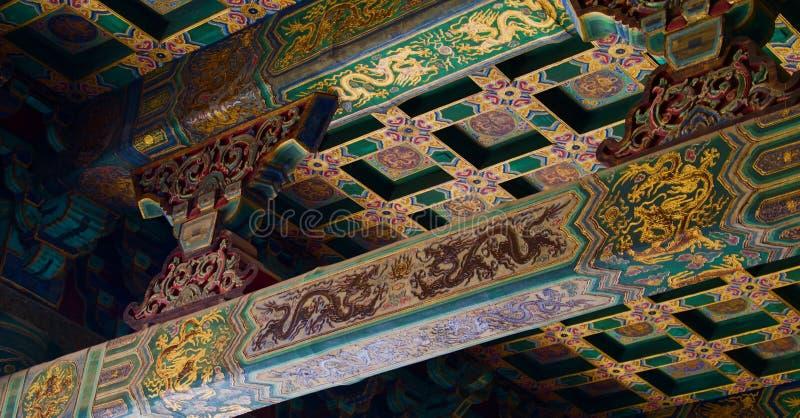 Het detail van taditional schilderde Chinees dakgoud en groen royalty-vrije stock afbeeldingen