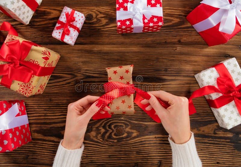 Het detail van vrouw overhandigt het openen Kerstmisgift royalty-vrije stock foto's