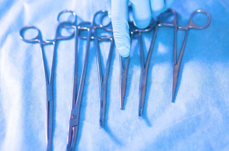 Het detailschot van steralized chirurgieinstrumenten met een hand het grijpen hulpmiddel royalty-vrije stock foto's