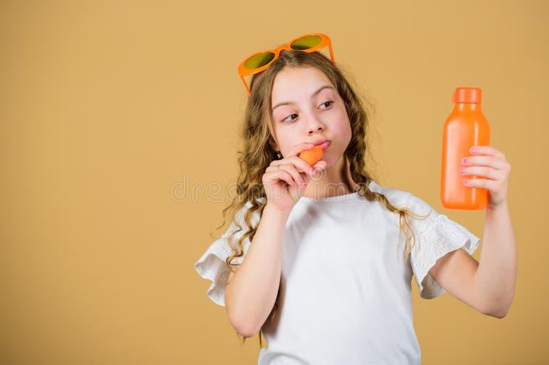 Het dieet van de de zomervitamine Gelukkige kinderjaren Natuurlijke vitaminebron Vitaminevoeding De zonnebrildrank van het manier royalty-vrije stock afbeelding