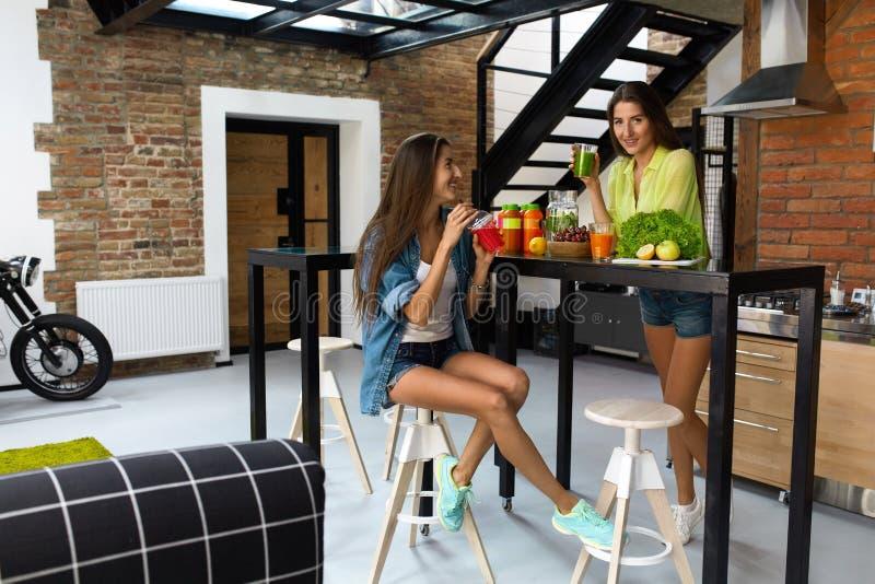 Het Dieet van het gewichtsverlies Gezonde het Eten Vrouwendrank Smoothie in Keuken royalty-vrije stock fotografie