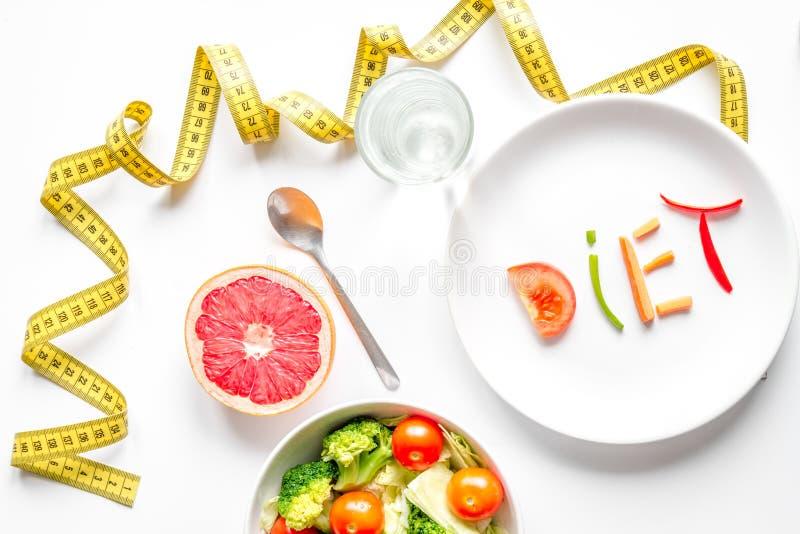 Het dieet verse groenten van het conceptenvermageringsdieet op witte hoogste mening als achtergrond stock foto
