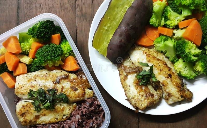 Het dieetvoedsel, het Schone eten, het Kippenlapje vlees en de groente in vakje maaltijd woodden lijst stock fotografie