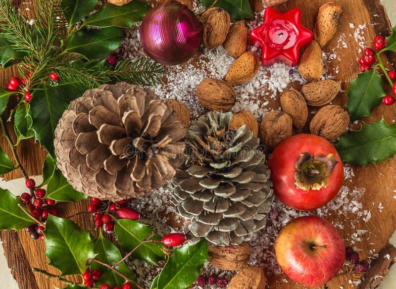 Het dienblad van de Kerstmisvakantie met diverse vruchten, noten, amandelen, kegels stock fotografie