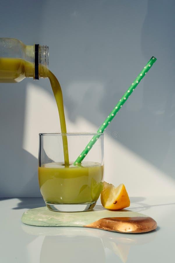 Het dienen van detox groen sap in glas Detox reinigt drankconcept royalty-vrije stock foto's
