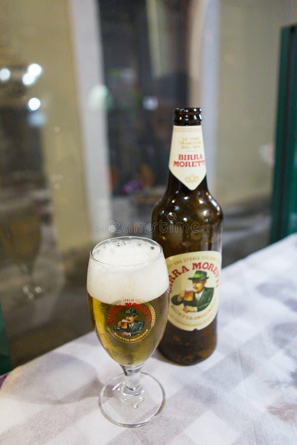Het dienen van een glas Italiaans bier stock foto