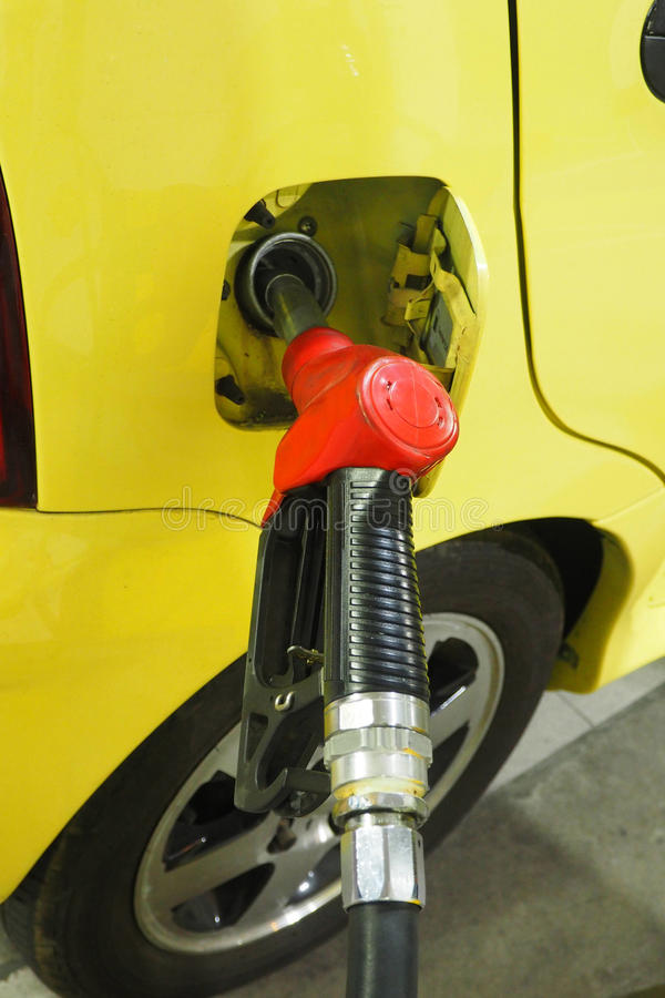 Het dienen van Gasohol van de pijpbrandstof binnen aan de auto en de nadruk uitgezocht bij Ha stock fotografie