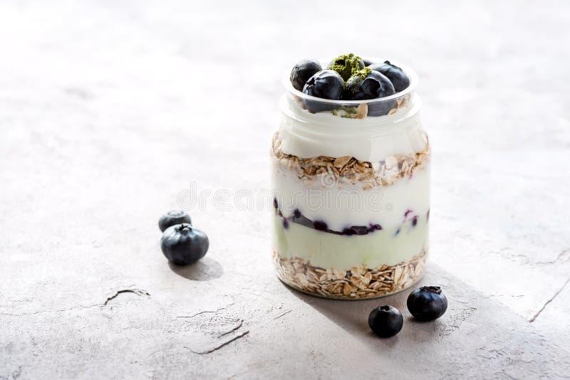 Het dienen van Yoghurt met Geheel Vers Bosbessenhavermeel en Matcha-van het het Voedselontbijt van de Poedergezonde voeding het E royalty-vrije stock foto's