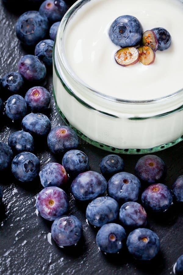 Het dienen van Yoghurt met Gehele Verse Bosbessen en Havermeel op Oude Rustieke Lijst royalty-vrije stock fotografie