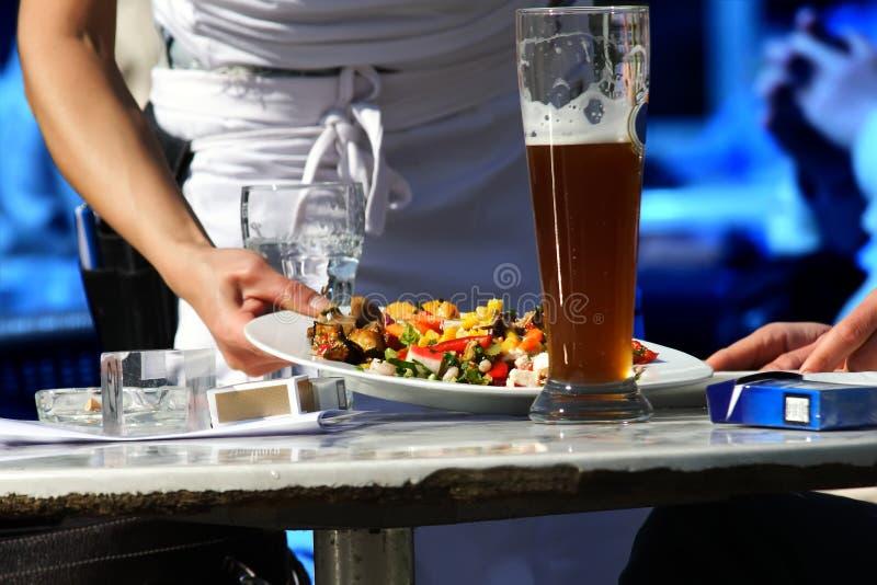Het dienende voedsel van de serveerster stock fotografie