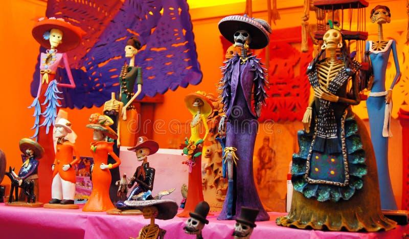 Het dienstenaanbod, schedels, ambachten had op de dag van de doden in Mexico betrekking Festiviteitenhoogtepunt van kleuren en tr stock foto