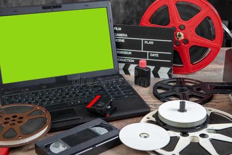 Het digitaal weergeven van oude 16 mm-film met laptop en het groene scherm stock afbeeldingen
