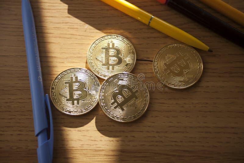 Het digitale muntstuk van het de veer rode hart van het munt fysieke gouden metaal Cryptocurrencyconcept royalty-vrije stock foto's