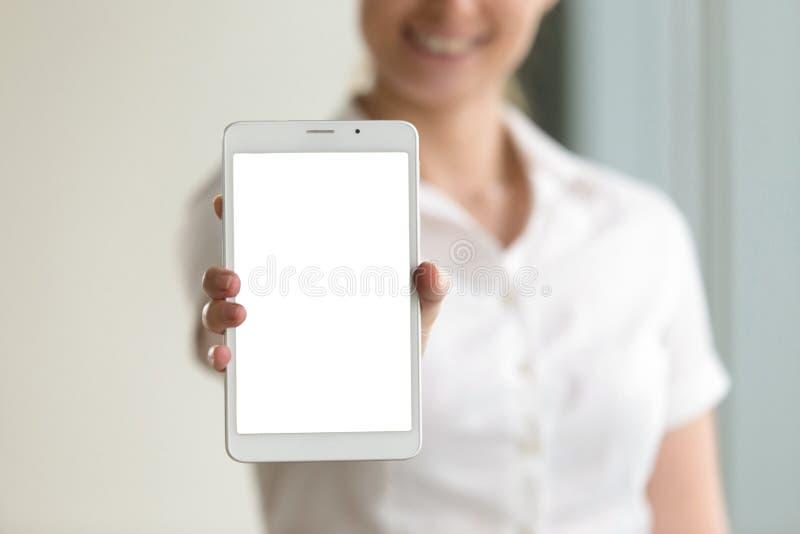 Het digitale scherm van het tabletmodel in vrouwelijke handen, close-up, exemplaar spac stock foto's