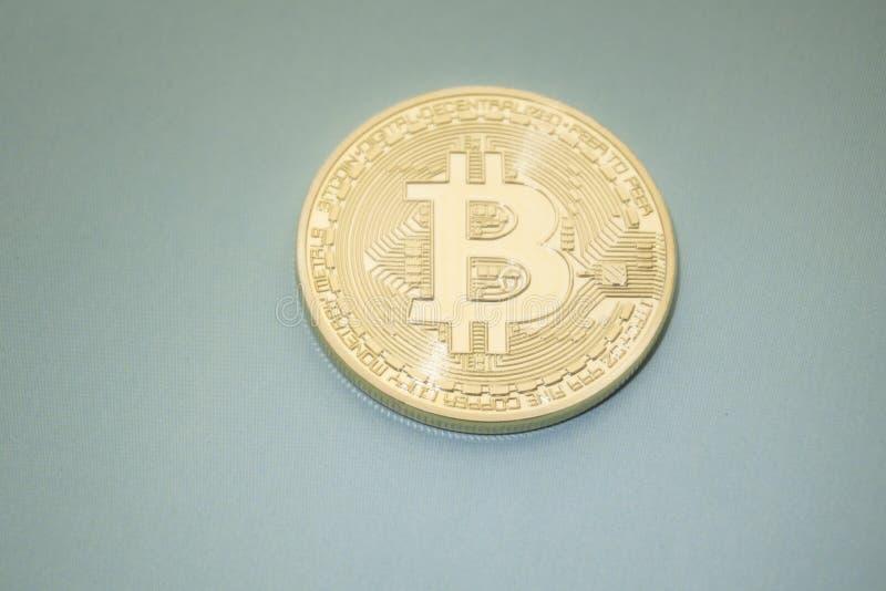 Het digitale virtuele geld van Pale Golden Bitcoins op een zwarte grijze achtergrond royalty-vrije stock foto