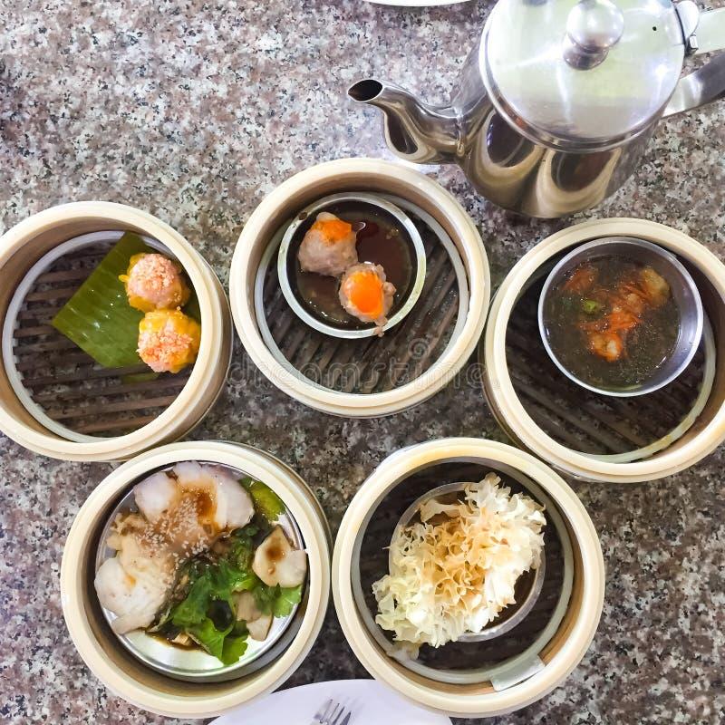 Het dim sum, dit is een populair Chinees voedsel wat werden gestoomd Zij zijn in de kleine bamboemand Het beeld op het recht is royalty-vrije stock foto