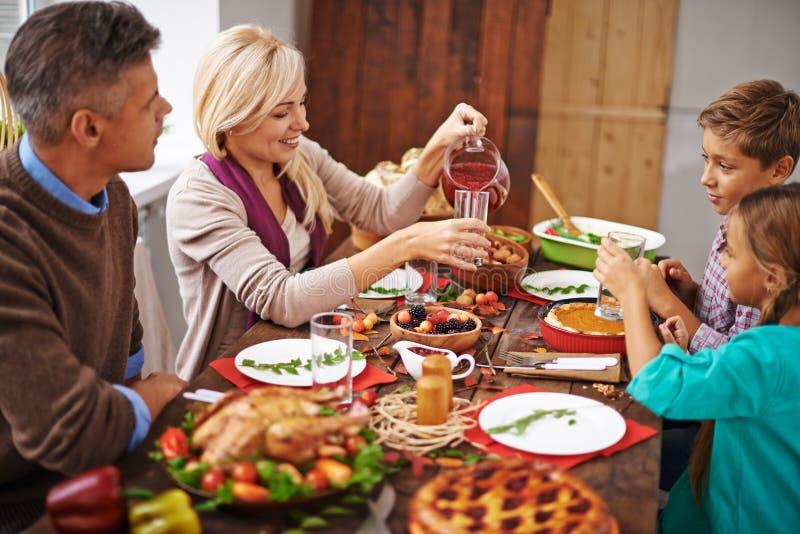 Het diner van de familiedankzegging stock foto's