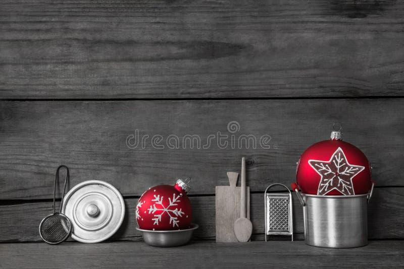 Het diner van Kerstmis Houten grijze achtergrond met decoratie van oud stock foto