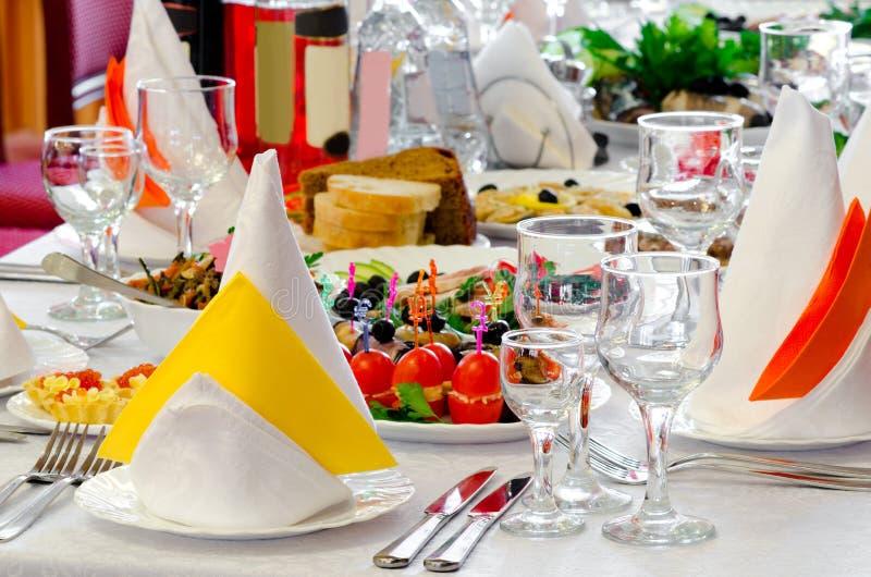Het diner wordt gediend royalty-vrije stock fotografie