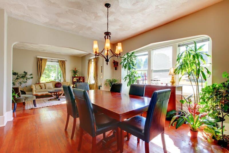 Het dineren en woonkamer met installaties en hardhout. royalty-vrije stock fotografie