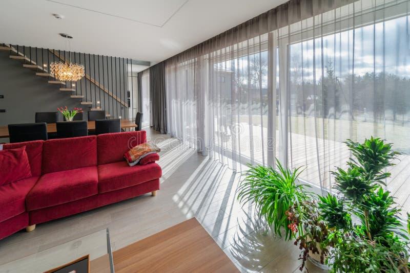 Het dineren gebied en woonkamer binnen modern huis royalty-vrije stock foto