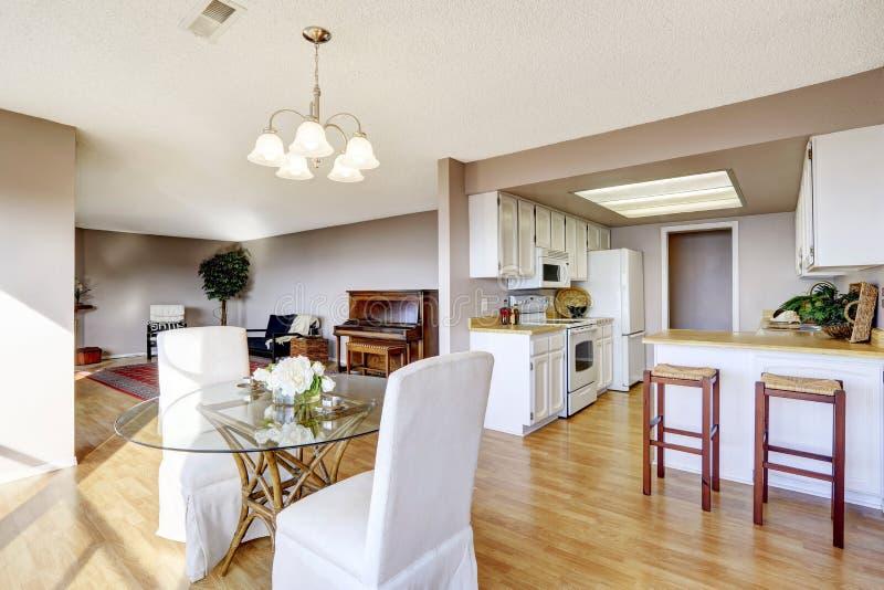 Het dineren gebied met keuken en woonkamer wordt verbonden die royalty-vrije stock fotografie