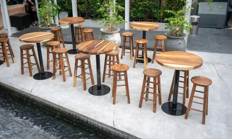 Het dineren houten lijsten met houten stoelen voor uit het dineren stock afbeeldingen