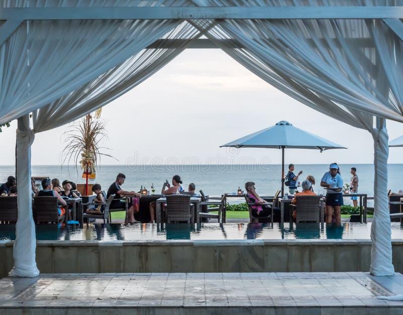 Het dineren op de waterkant in Kuta Bali royalty-vrije stock afbeeldingen