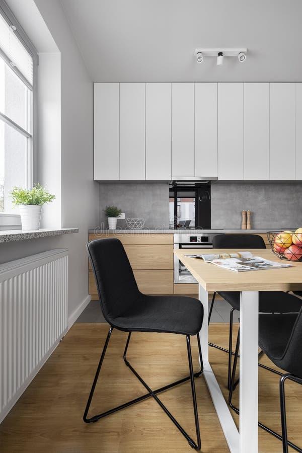 Het dineren ruimte in grote keuken stock afbeelding