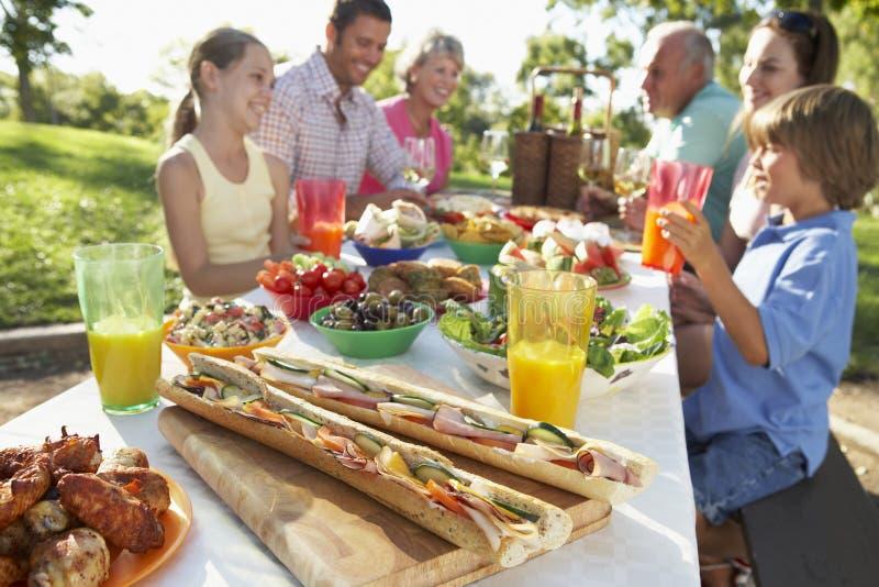 Het Dineren van de familie Al Fresko stock foto's