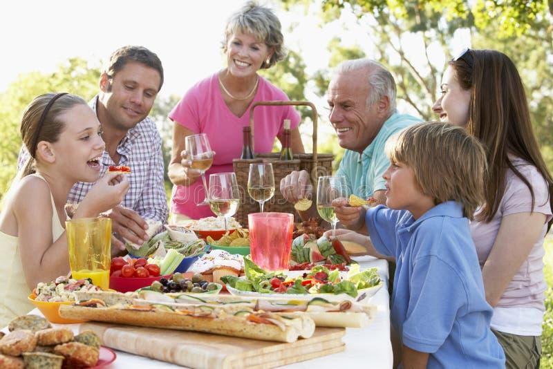 Het Dineren van de familie Al Fresko royalty-vrije stock afbeelding