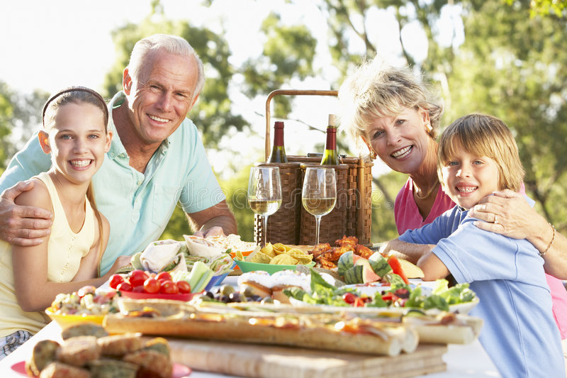 Het Dineren van de familie Al Fresko stock afbeelding